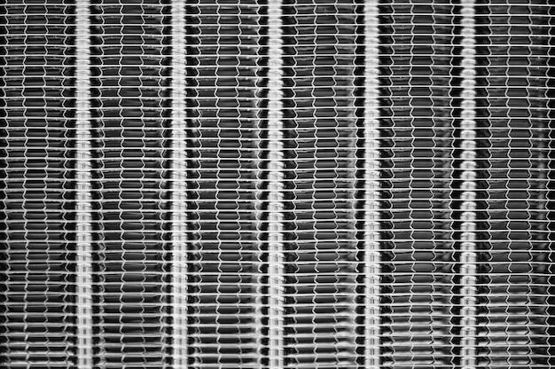 Listras verticais de uma superfície de metal texturizada.