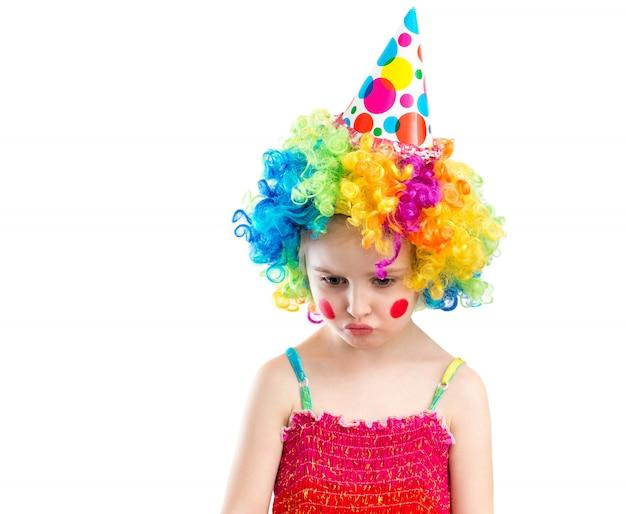 Litle girl em emoções de peruca colorida