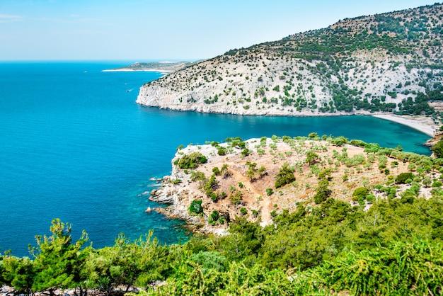 Litoral bonito de thassos. areia branca, floresta verde e água turquesa.