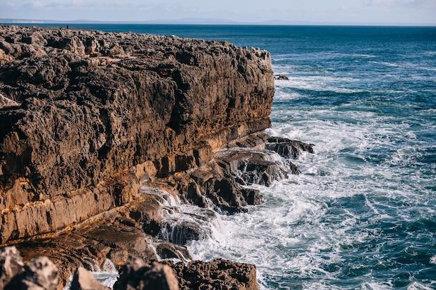 Litoral com oceano e rochas