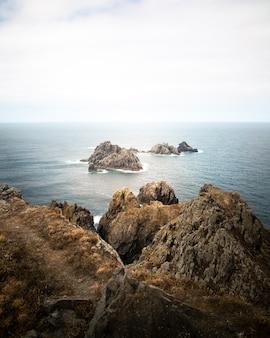 Litoral da galiza com falésias impressionantes, ilhas e vistas do oceano atlântico