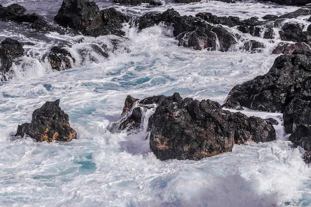 Litoral de rochas vulcânicas