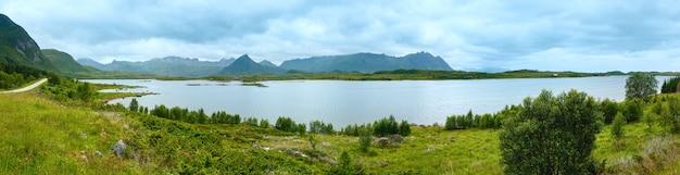 Litoral de verão de lofoten. visão nublada (noruega). panorama.