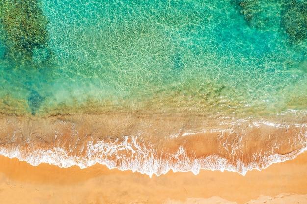 Litoral oceânico com água turquesa e ondas do mar