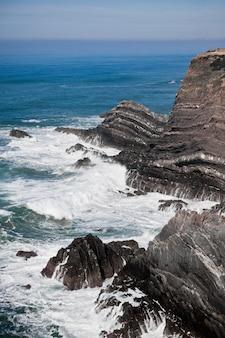 Litoral oceânico de portugal ocidental. penhasco e ressaca.