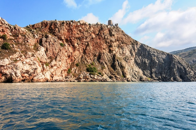 Litoral, rocha na costa do mar negro da península da crimeia