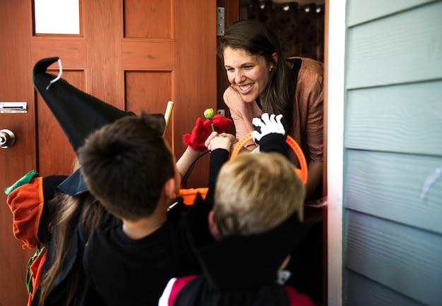 Little crianças doces ou travessuras no halloween
