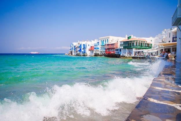 Little venice a atração mais popular na ilha de mykonos, grécia, cyclades