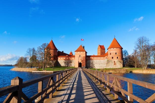 Lituânia, trakai, vista frontal para o castelo