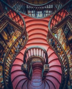 Livraria lello com escada de madeira no centro histórico do porto, portugal