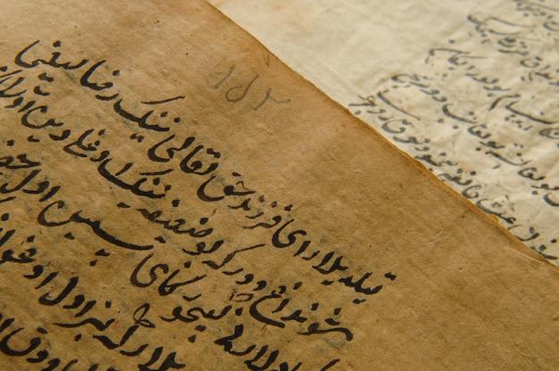 Livro aberto antigo em árabe. manuscritos e textos árabes antigos