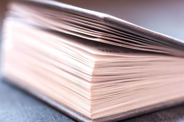 Livro aberto close-up.