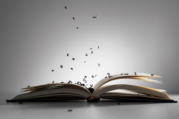 Livro aberto com arranjo de letras
