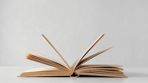 Livro aberto com fundo branco