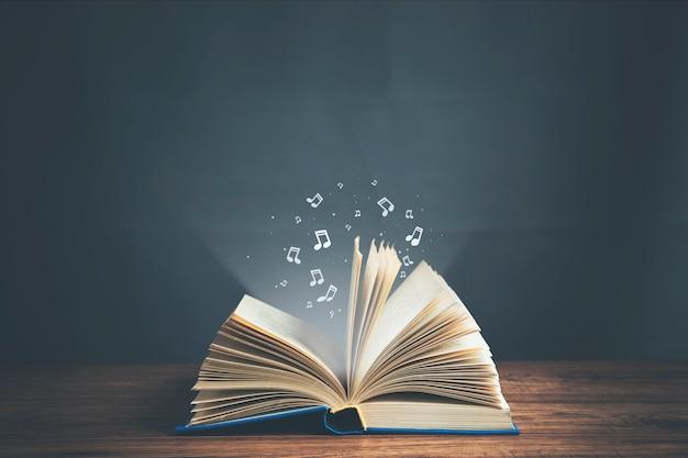 Livro aberto com notas musicais