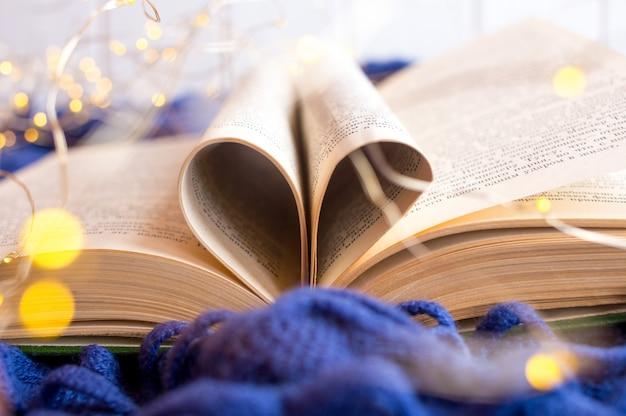 Livro aberto com páginas em forma de coração