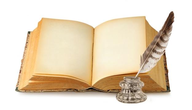 Livro aberto com páginas pretas, tinta e pena isolado