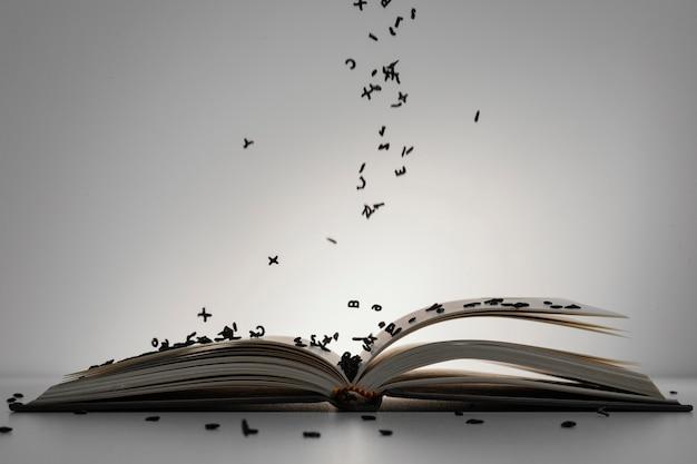 Livro aberto com sortimento de letras