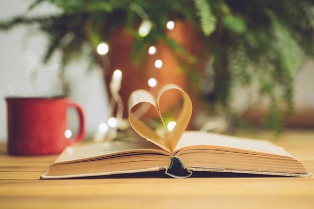 Livro aberto com uma página de forma de coração. conceito de conhecimento, educação ou amor