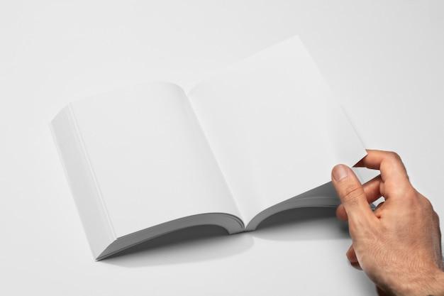 Livro aberto de alta visão e mão