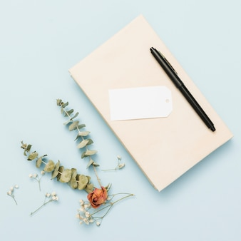 Livro aberto de capa dura com flores