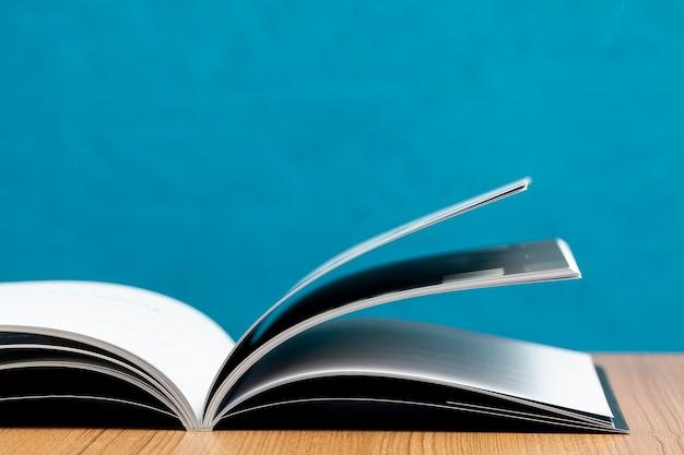 Livro aberto de vista frontal na mesa de madeira