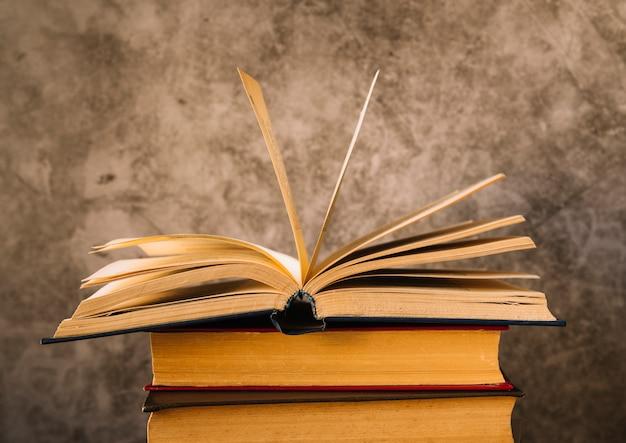 Livro aberto de vista frontal no topo de um livro de pilha