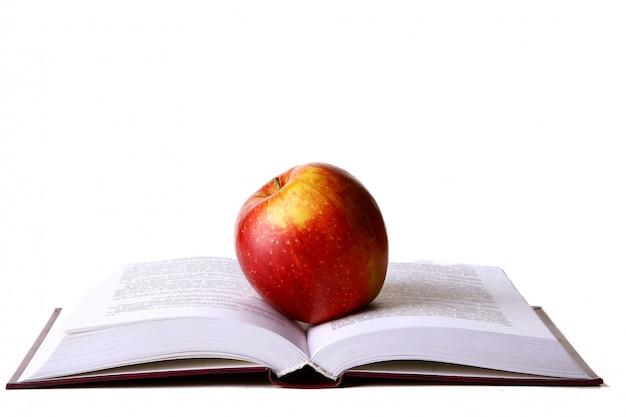 Livro aberto do aluno com maçã vermelha
