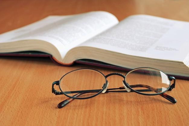 Livro aberto e óculos