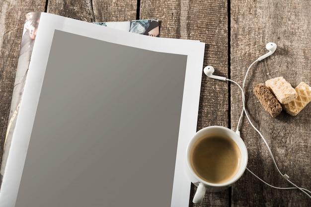 Livro aberto em branco, brochura ou revista sobre fundo de mesa de madeira vintage