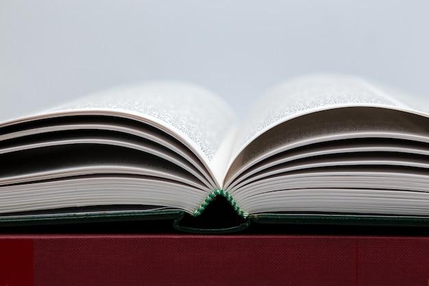 Livro aberto em cinza