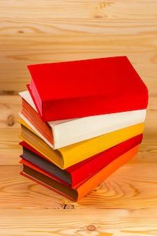 Livro aberto em cor de tom claro vintage