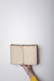 Livro aberto em uma mão
