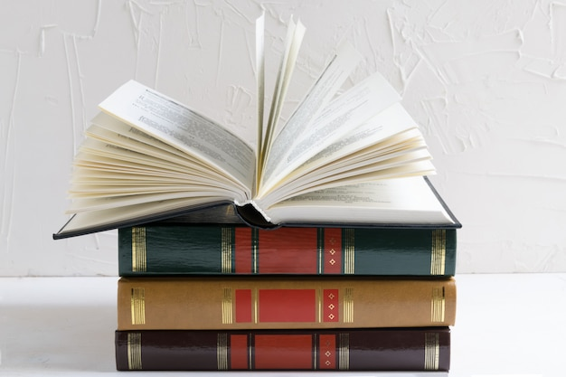 Livro aberto em uma pilha de livros