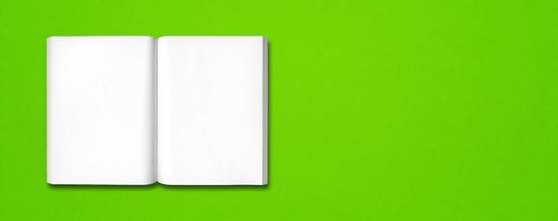 Livro aberto isolado em verde