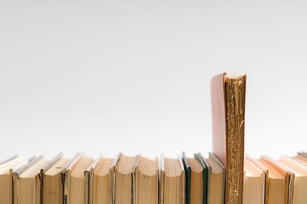 Livro aberto, livros coloridos de capa dura em cima da mesa.