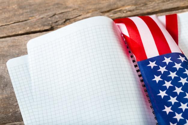 Livro aberto na bandeira americana