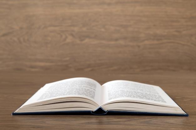 Livro aberto na superfície de madeira
