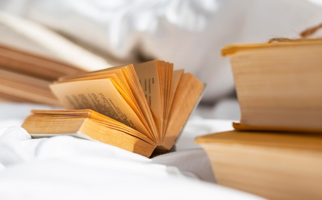 Livro aberto no lençol