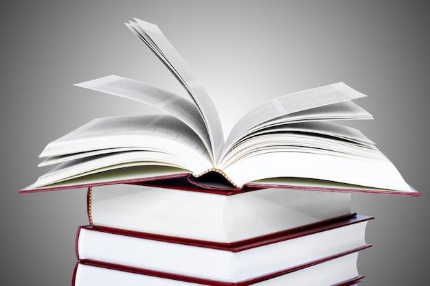 Livro aberto sobre livros fechados. conceitos de educação