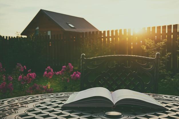 Livro aberto sobre uma mesa no jardim