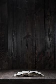 Livro aberto usado na mesa de madeira