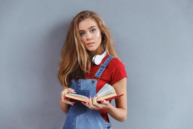 Livro adolescente jovem, segurando