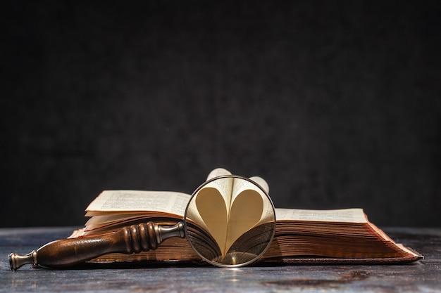 Livro antigo aberto com hart em forma de duas páginas. as páginas abertas estão formando hart, um símbolo do amor