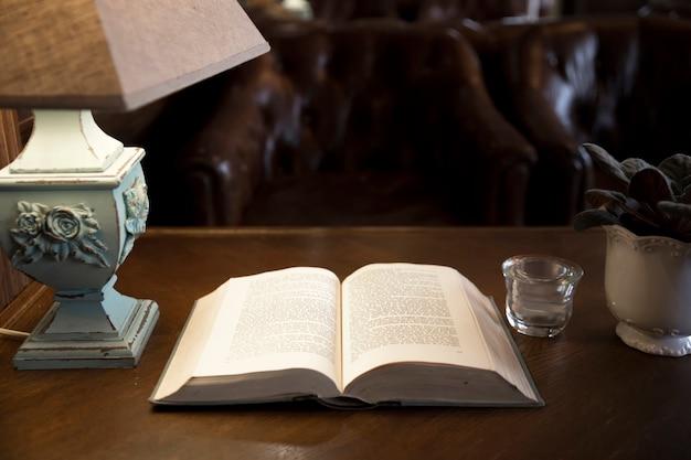 Livro antigo aberto na mesa