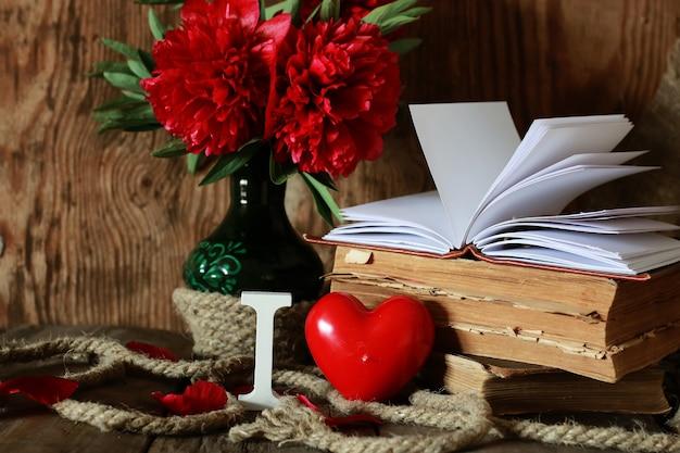 Livro antigo e palavra amor