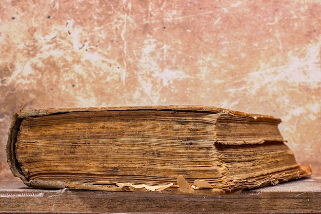 Livro antigo em estilo grunge