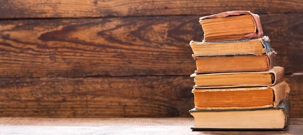 Livro antigo em uma estante de madeira