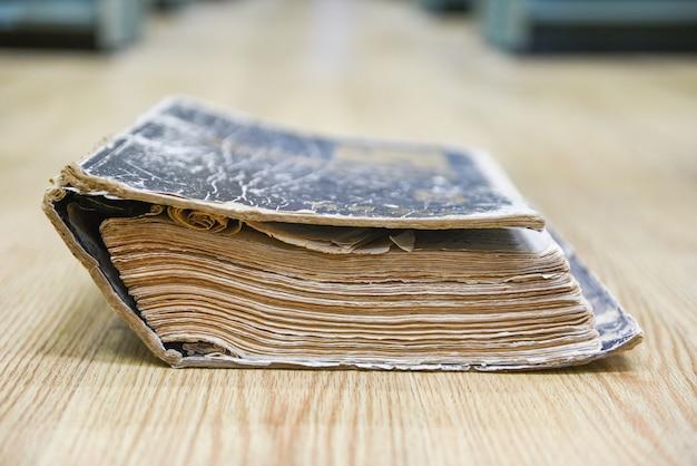 Livro antigo sobre um piso de madeira