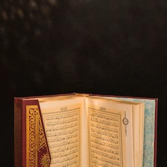 Livro árabe com capa ornamental